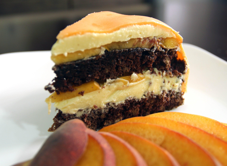 Шоколадный торт с персиками